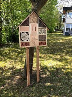 Insektenhotel auf Stelzen